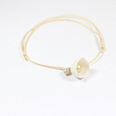 bracelet porcelaine clochette blanche, perles sur cordon fin nylon couleur crème