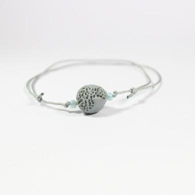 bracelet porcelaine grise boule ispiration corail, petites perles bleues, lien gris argenté