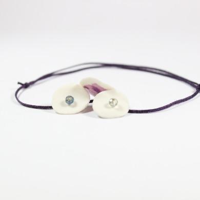 bracelet porcelaine trois pastilles arrière vieux rose et perlesà facettes irisées sur fin cordon de nylon de couleurviolet foncé
