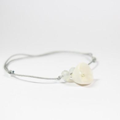bracelet porcelaine clochette blanche, perles à facette gris-blanc sur cordon fin gris argenté
