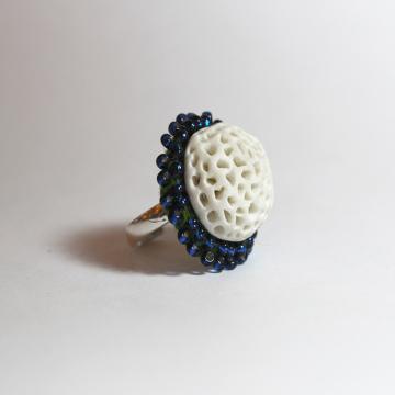 bague porcelaine, corail blanc, entourée de broderie de perles de rocailles couleur canard sur anneau réglable en argent