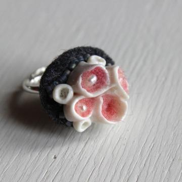 bague porcelaine blanche inspiration corail laine rose saumon à l'inétieur sur feutre gris brodé de perles gris irisésur anneau réglable en argent