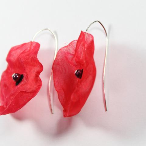 boucles d'oreilles coquelicots rouges, légère et un peu transparente