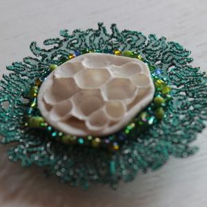 bijoux organza brodé, broche ronde, intérieur porcelaine blanche inspiration corail, tour broderie fine vert bleuté, nroderie de perles vertes et bleues