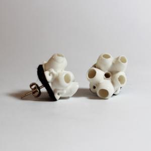 bijoux porcelaine, boucle d'oreilles porcelaine blanche inspirée du corail, sur feutre noir, clou argent certifié