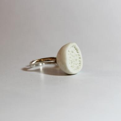 Bague porcelaine blanche, demis sphère inspiration corail sur anneau réglable en argent