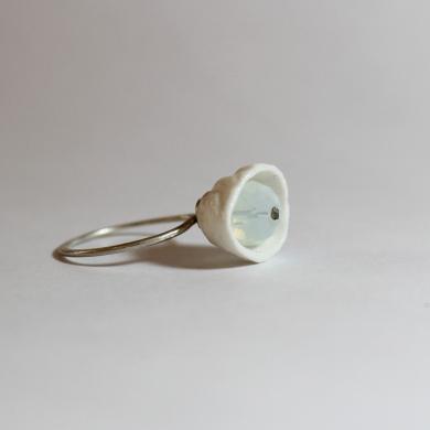Bague porcelaine blanche,clochette, intérieur 1 perle à facttes blanc laiteux anneau en argent