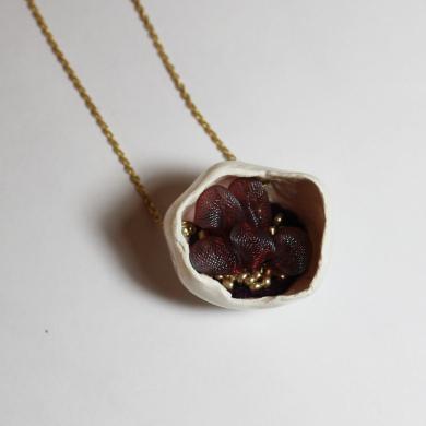 collier porcelaine coquille intérieur bulles d'organza couleur prune irisé, petites perles dorées sur chinette plaqué or