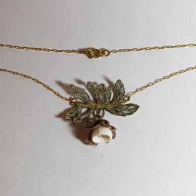 collier porcelaine une clochette entourée de de clochette en broderie sur organza et feuilles en broderie couleur vert foncé, doré, sur chainette dorée