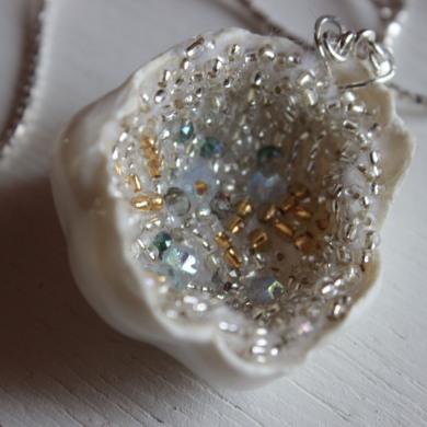 collier coquille de porcelaine inspiration géode intérieur brodé deperles dorées argentées et perles de culture, sur chaine en argentées sur chaine en argent