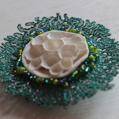 broche porcelaine et broderie, inspiration corail,intérieur porcelaine blanche avec alvéoles, tour en broderie fine sur organza légèrement brillant et broderie de perles de rocaille vertes et bleues
