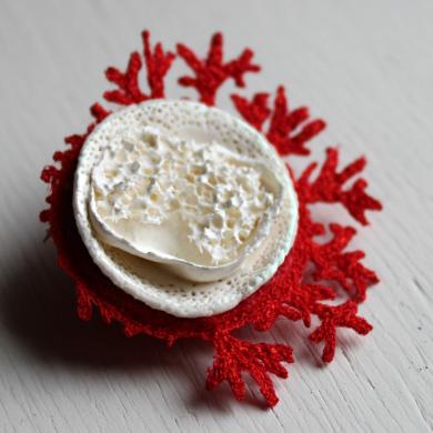 broche porcelaine et broderie inspiration corail, intérieur porcelaine blanche et tour en broderie branches de corail r