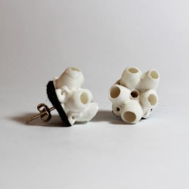 boucles d'oreilles en porcelaine blanche, d'inspiration corail, sur feutre noir, montées sur clous en argent