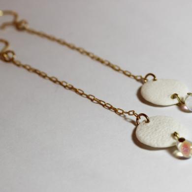 boucles d'oreilles de forme pastilles de corail, en porcelaine blanche,au bout d'une longue chainette dorée, perle goutte de pluie, transparent irisé, sur crochet doré